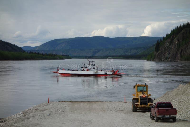 Il piccolo traghetto del fiume alla città di dawson immagine stock libera da diritti
