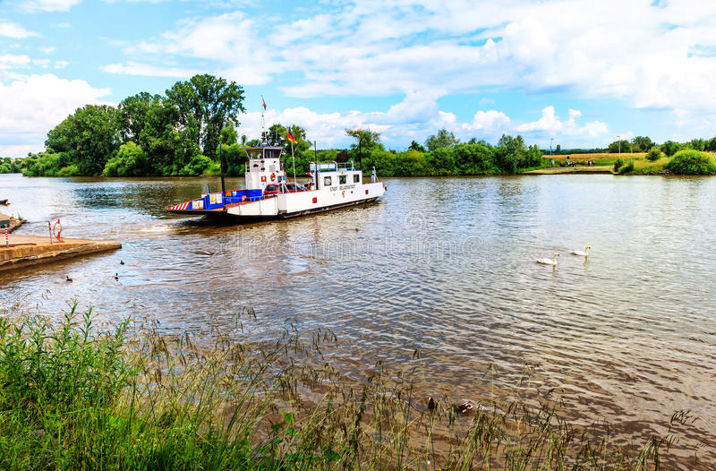 Il piccolo traghetto di Seligenstadt, città medievale sulle banche di di fiume Main, Germania immagini stock