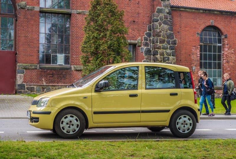 Il piccolo vecchio panda italiano popolare dell'automobile ha parcheggiato immagini stock