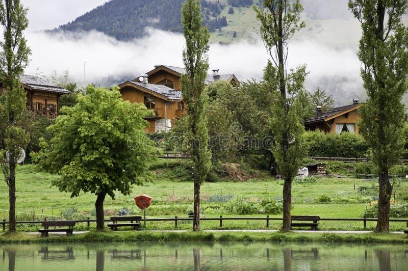 Il piccolo villaggio di Le Praz fotografia stock