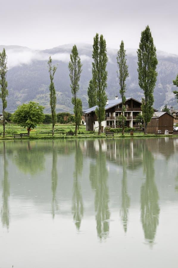 Il piccolo villaggio di Le Praz immagine stock