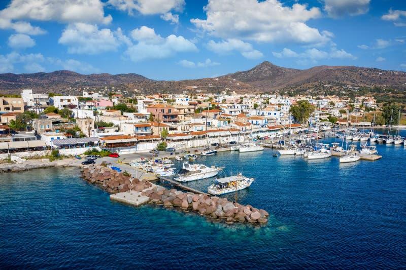Il piccolo villaggio di Perdika sull'isola di Aegina, Golfo Saronico, Grecia immagine stock libera da diritti