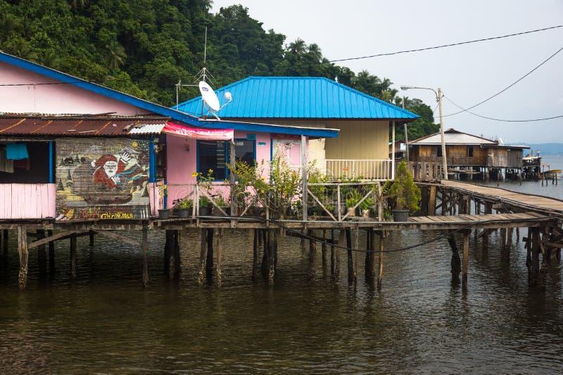 Il piccolo villaggio papuan a distanza fotografie stock libere da diritti
