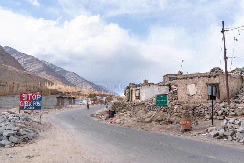 Il piccolo villaggio sul modo a Leh immagine stock libera da diritti