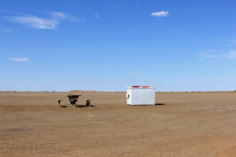 Il picnic ha messo in un deserto vuoto, entroterra australiana fotografia stock libera da diritti