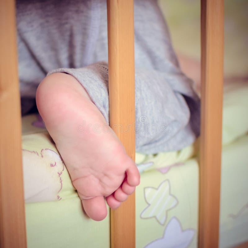 Il piede del bambino sveglio fotografie stock