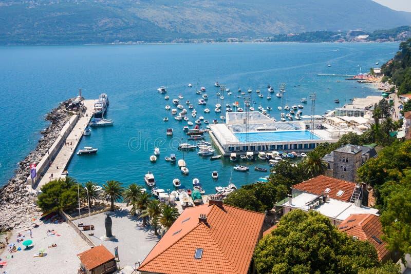 Il pilastro del porto di Castelnuovo, l'ancoraggio e lo stagno del mare in Boka Kotorska abbaiano immagini stock
