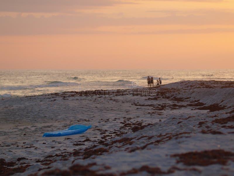 Il pilastro delle onde di oceano della sabbia della spiaggia si appanna il cielo immagini stock libere da diritti