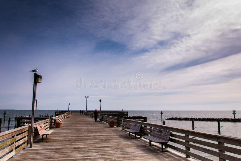 Il pilastro di pesca alla spiaggia del Chesapeake, lungo la baia di Chesapeake fotografia stock