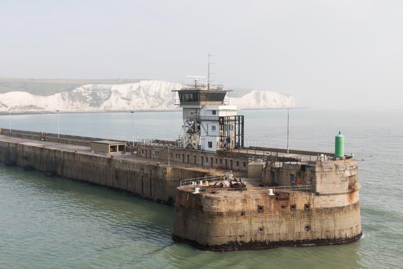 Il pilastro e le scogliere bianche del porto di Dover immagine stock libera da diritti