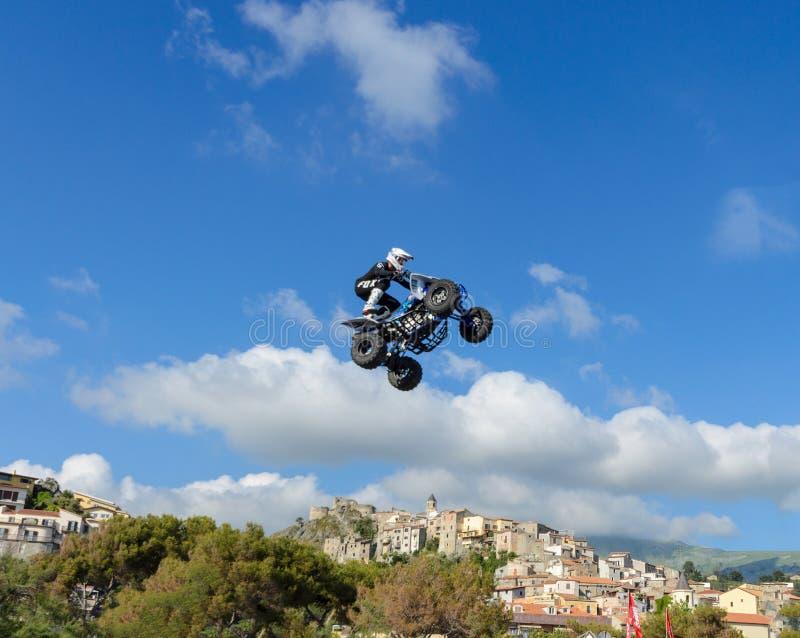 Il pilota della bici del quadrato di stile libero fa un salto con un salto in alto con un trucco immagini stock libere da diritti