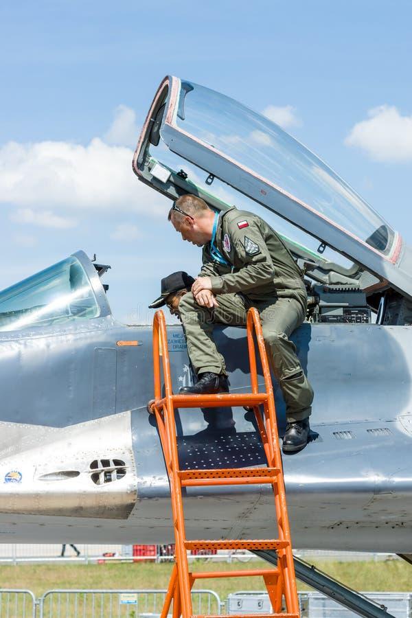 Il pilota e l'ospite vicino alla cabina di pilotaggio del combattente polivalente Mikojan-Gurewitsch MiG-29 fotografia stock libera da diritti