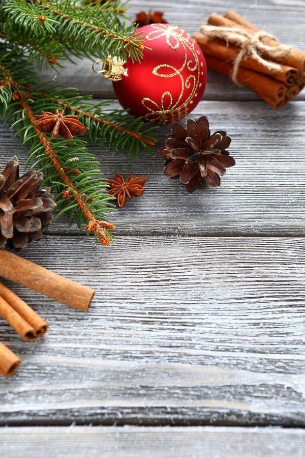 Il pino si ramifica con le decorazioni di Natale sui bordi fotografia stock libera da diritti