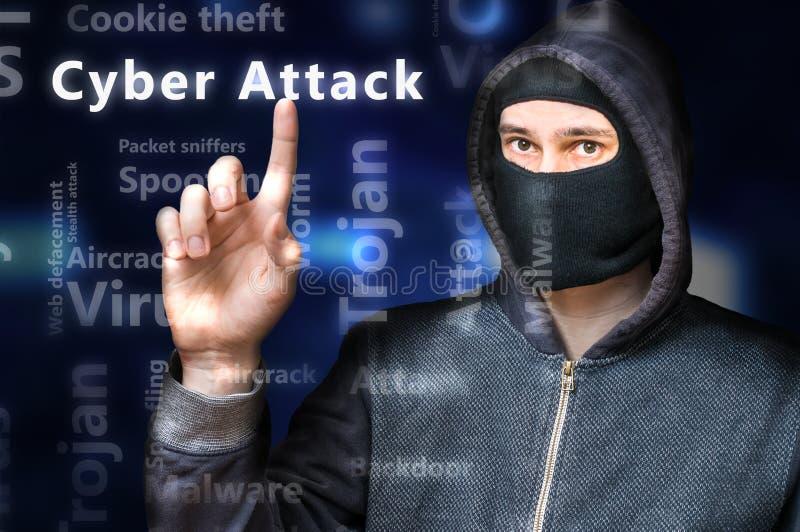 Il pirata informatico anonimo mascherato sta indicando sull'attacco cyber immagine stock
