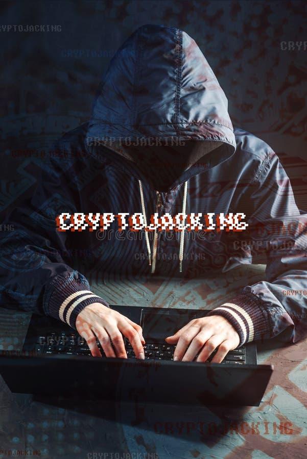 Il pirata informatico anonimo senza un fronte sta provando a rubare il cryptocurrency facendo uso di un computer Frode ed inganno fotografia stock libera da diritti