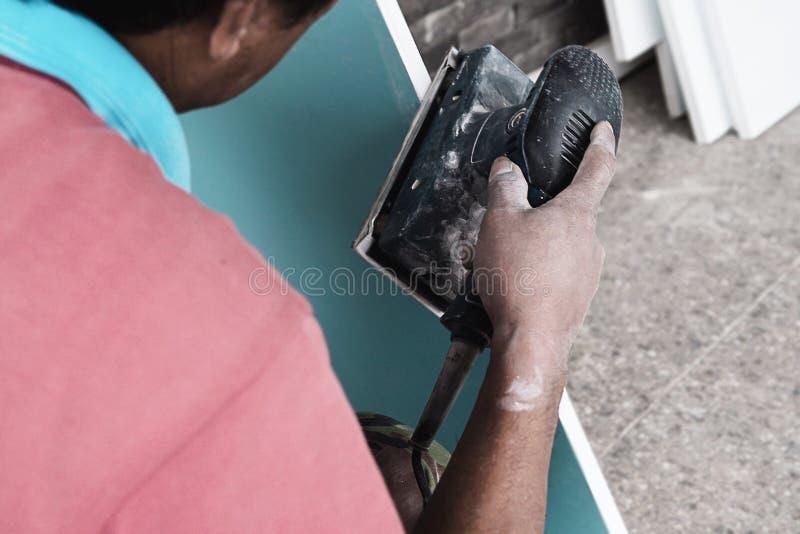 Il pittore sta lavorando al processo di pittura della mobilia immagine stock libera da diritti