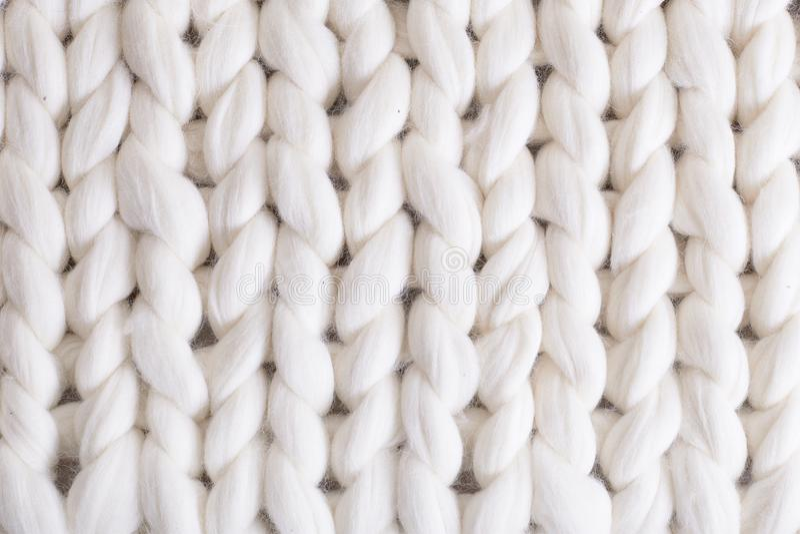 il plaid bianco grande tricotta coperta tricottata treccia di struttura immagine stock