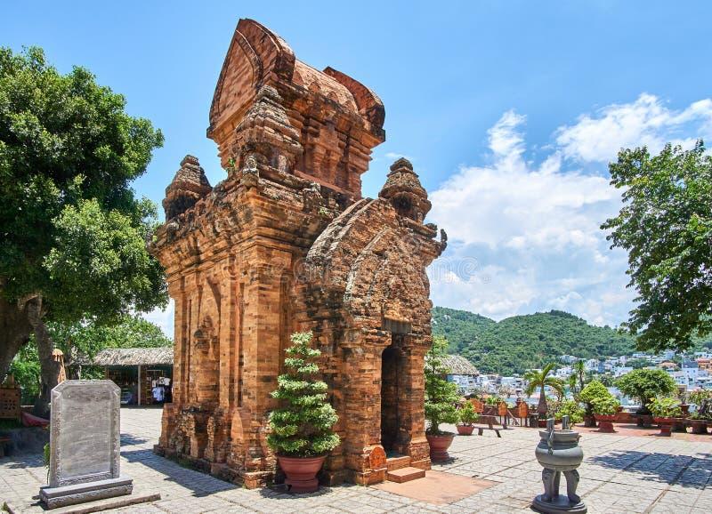 Il Po Nagar Cham si eleva in Nha Trang, Vietnam Vecchie costruzioni reiligous dall'impero di Champa fotografia stock