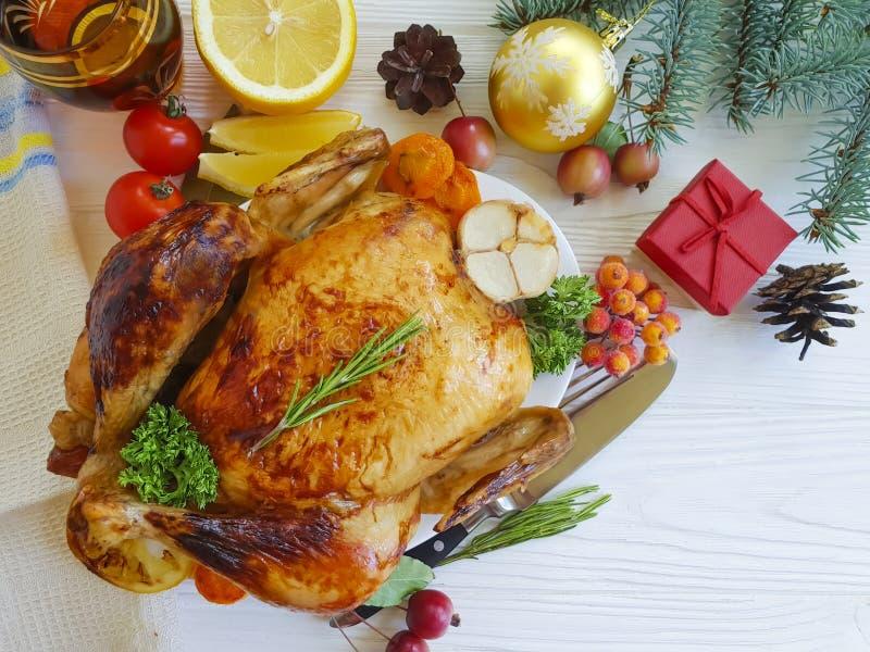 il pollo al forno ha fritto il bianco cucinato casalingo di natale dell'intera dell'alimento della regolazione cena di ringraziam immagini stock libere da diritti