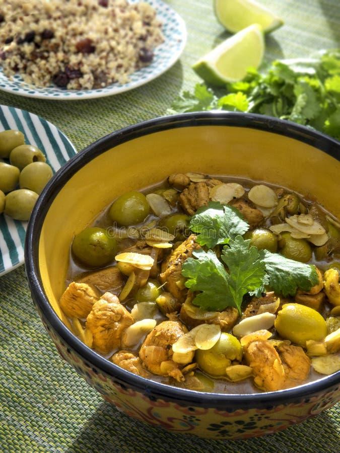 Il pollo con il limone ed oliva e mandorle è servito con la quinoa e l'uva passa fotografie stock libere da diritti