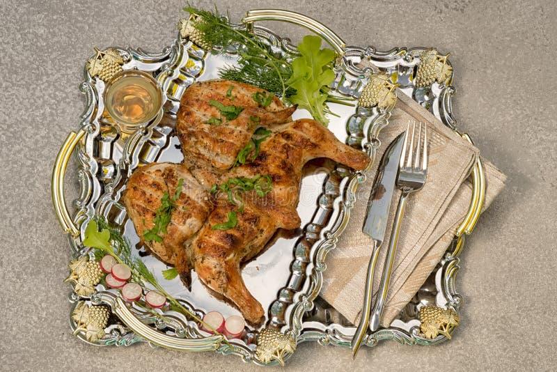 Il pollo del tabacco su un vassoio del metallo dello specchio ? servito fotografie stock