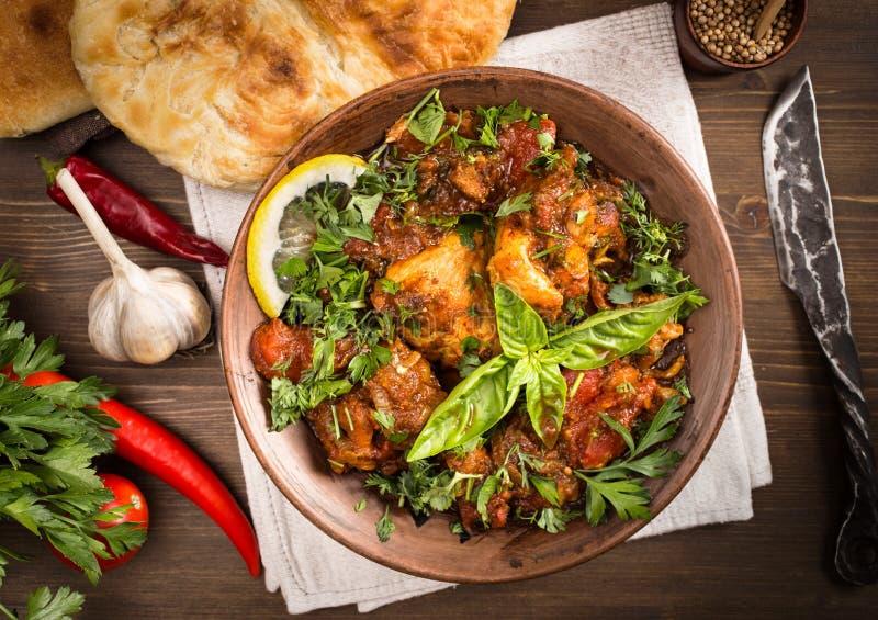 Il pollo di Chakhokhbili ha stufato con i pomodori e le erbe qui sopra immagini stock libere da diritti