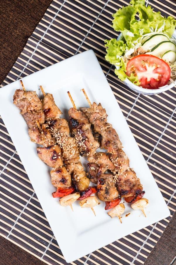 Il pollo grigliato infilza con paprica - Imagen immagini stock libere da diritti