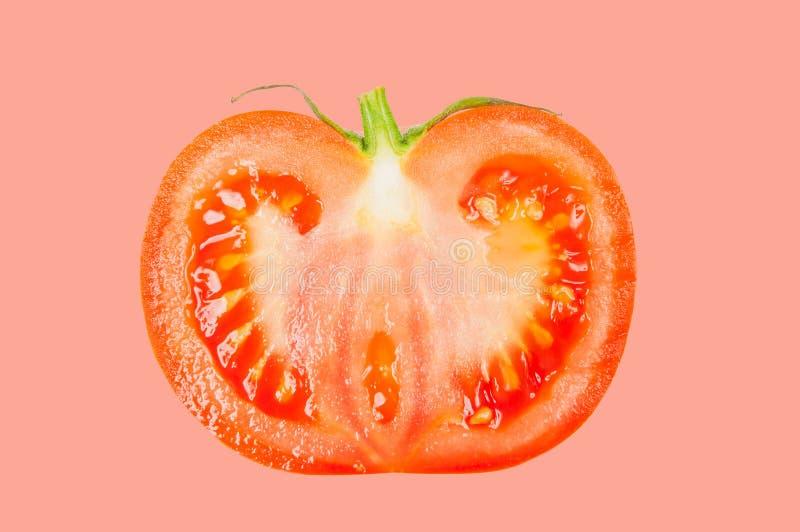 Il pomodoro levita in aria su fondo pastello rosa immagine stock libera da diritti