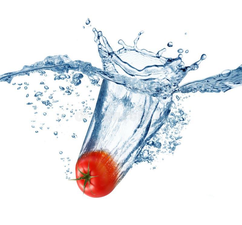 Il pomodoro maturo rientra in profondità nell'acqua fotografia stock libera da diritti