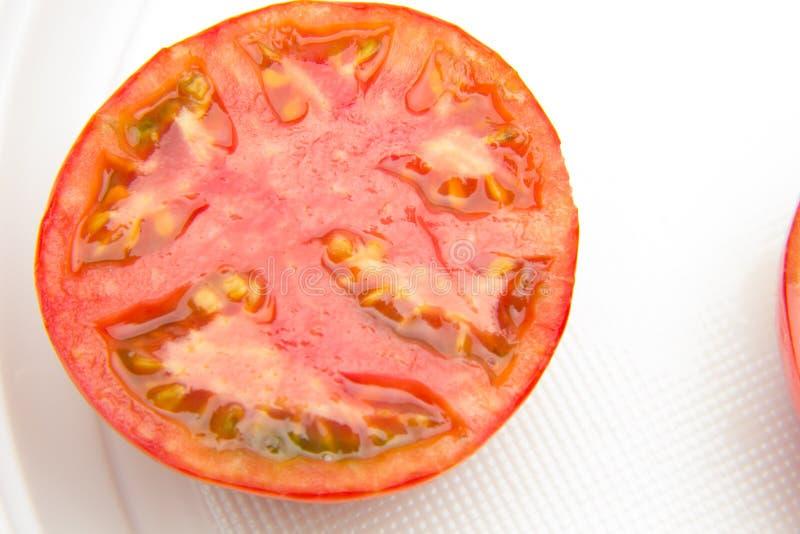 Il pomodoro rosso e maturo è dimezzato fotografia stock libera da diritti