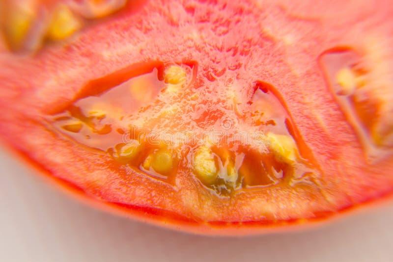 Il pomodoro rosso e maturo è dimezzato immagine stock