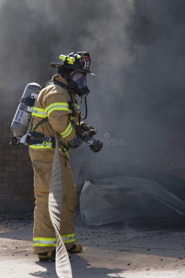 Il pompiere aspetta l'acqua fotografia stock