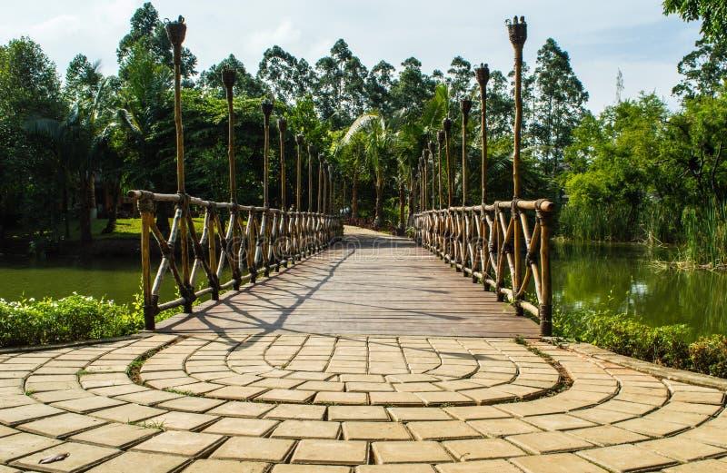 Il ponte è fatto del bambo di legno fotografia stock libera da diritti