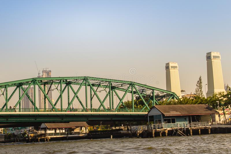 Il ponte commemorativo, conosciuto come il ponte di Phra Phuttayotfa, un ponte di basculla sopra Chao Phraya River a Bangkok, Tai immagine stock