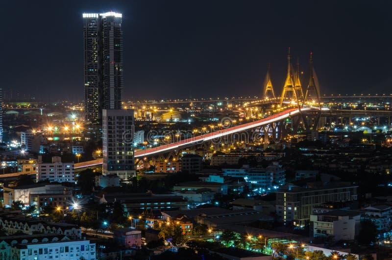 Il ponte con paesaggio urbano alla notte, Bangkok, Tailandia di Bhumibol immagini stock libere da diritti