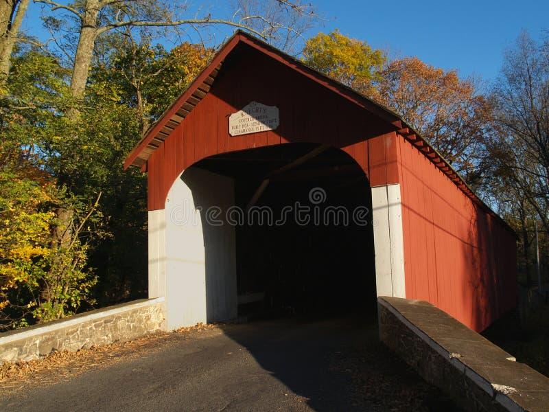 Il ponte coperto di Knecht ad ottobre; Springtown, PA immagini stock libere da diritti