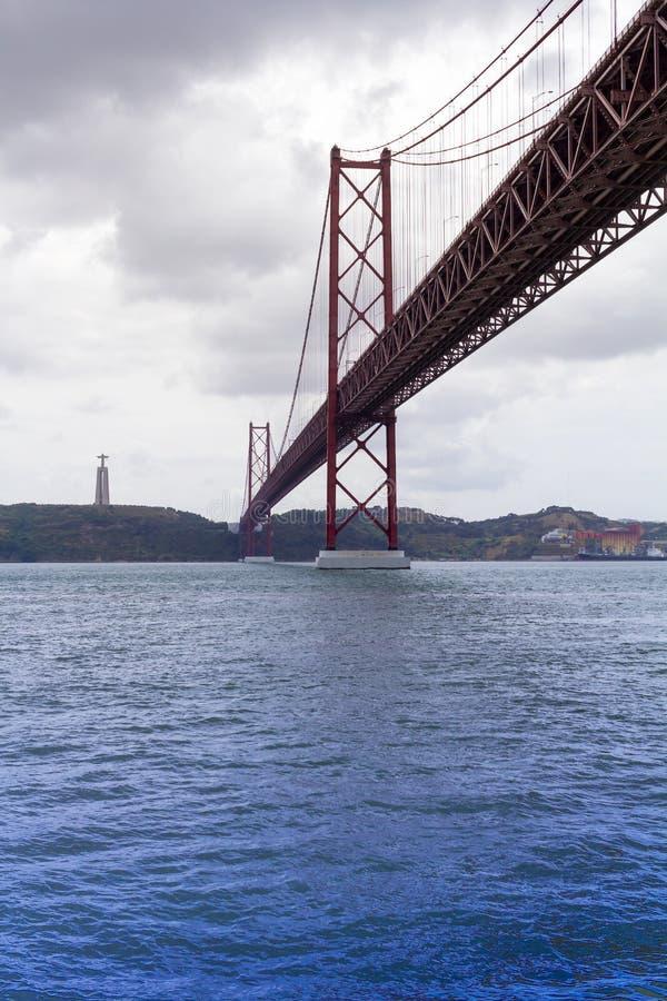 Il Ponte 25 de Abril Bridge a Lisbona, Portogallo immagine stock libera da diritti