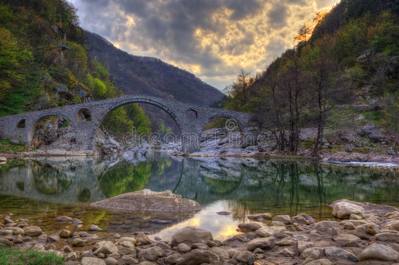 Il ponte del diavolo, Bulgaria - immagine della molla immagini stock