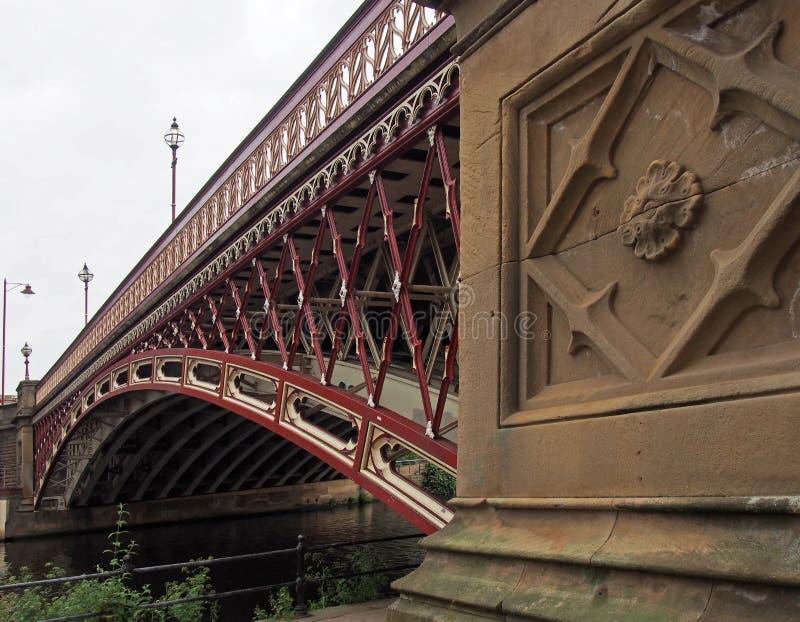 Il ponte del punto della corona che attraversa il fiume Aire a Leeds che una singola portata ha corroso la costruzione del ghisa  fotografie stock