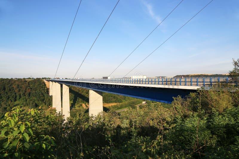 Il ponte della valle di Mosella dalla cima del punto di vista al ponte della valle di Mosella vicino a Winningen in Germania immagine stock libera da diritti