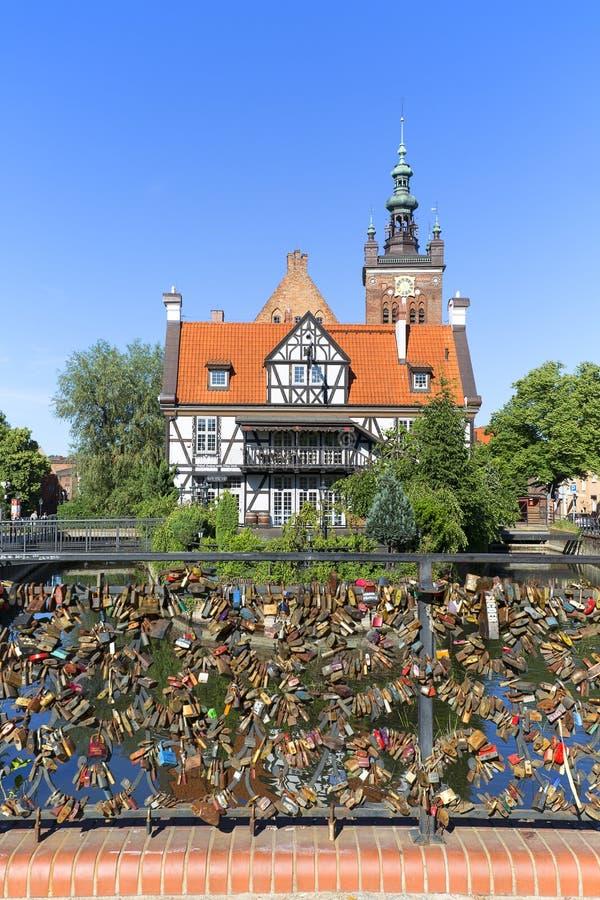 Il ponte di amore con amore padlocks sopra il canale di Radunia, Danzica, Polonia immagine stock