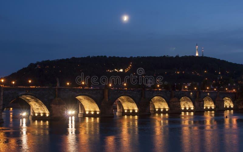 Il ponte di charles a Praga alla repubblica Ceca Europa di notte fotografia stock