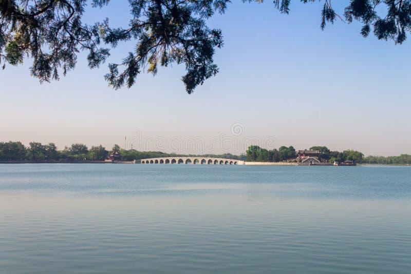 Il ponte di diciassette archi sopra il lago nel palazzo di estate, Pechino, Cina kunming fotografia stock