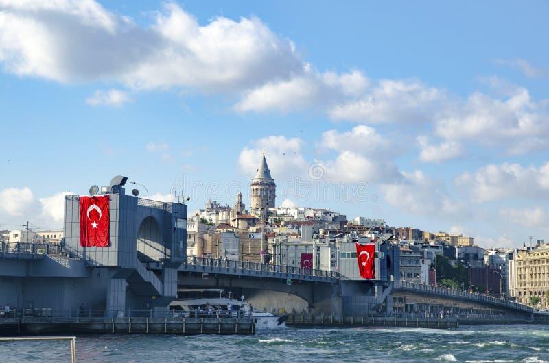 Il ponte di Galata e Galata si elevano nei precedenti, viste di Costantinopoli fotografie stock