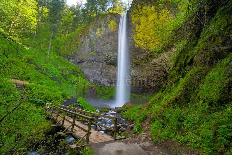 Il ponte di legno del piede da Latourell cade nell'Oregon U.S.A. immagini stock