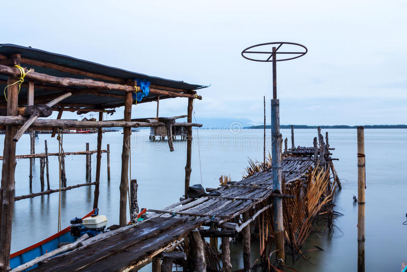 Il ponte di legno di un pilastro di pesca e del cielo immagine stock