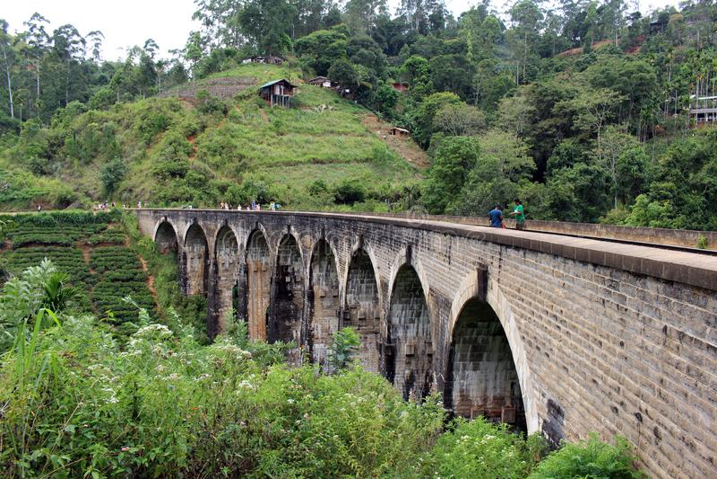 Il ponte di nove archi in Ella, raggiungibile camminando sulla ferrovia fotografia stock libera da diritti