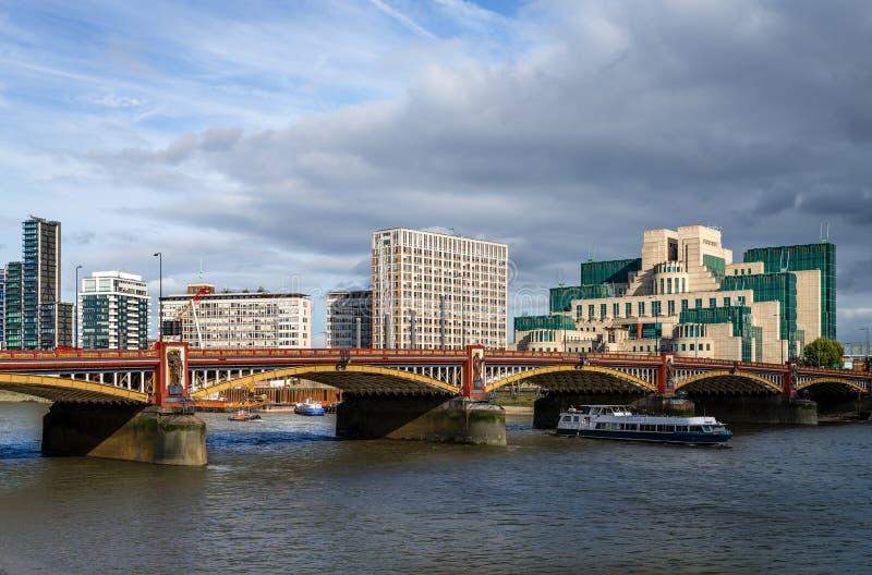 Il ponte di Vauxhall e l'edificio di SIS fotografia stock