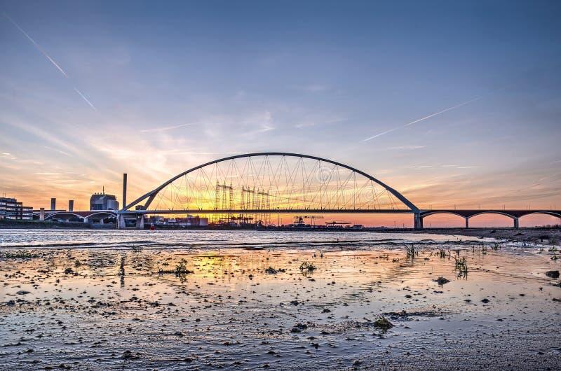 Il ponte e la spiaggia immagine stock