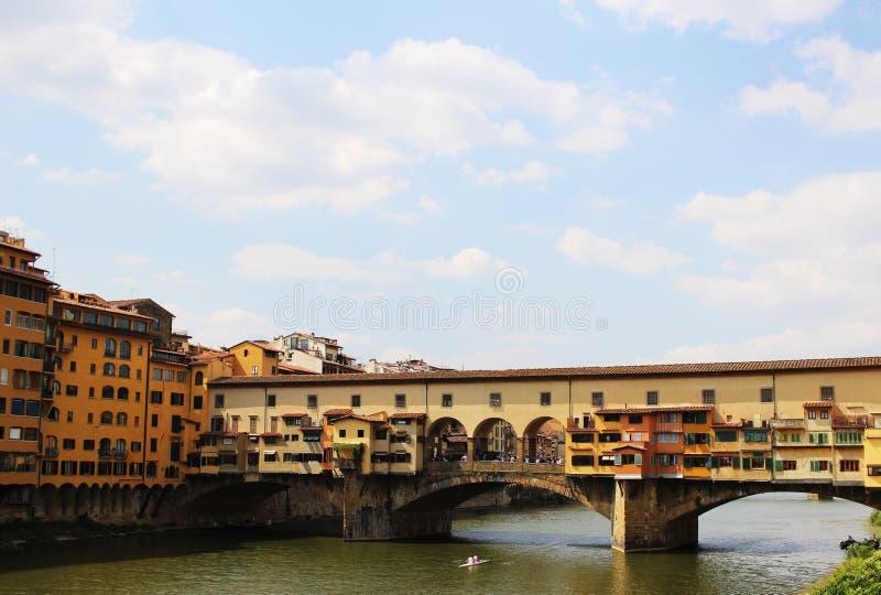 Il ponte famoso di Ponte Vecchio sopra il fiume di Arno a Firenze, Italia Ciò è un'attrazione turistica superiore nella città immagini stock
